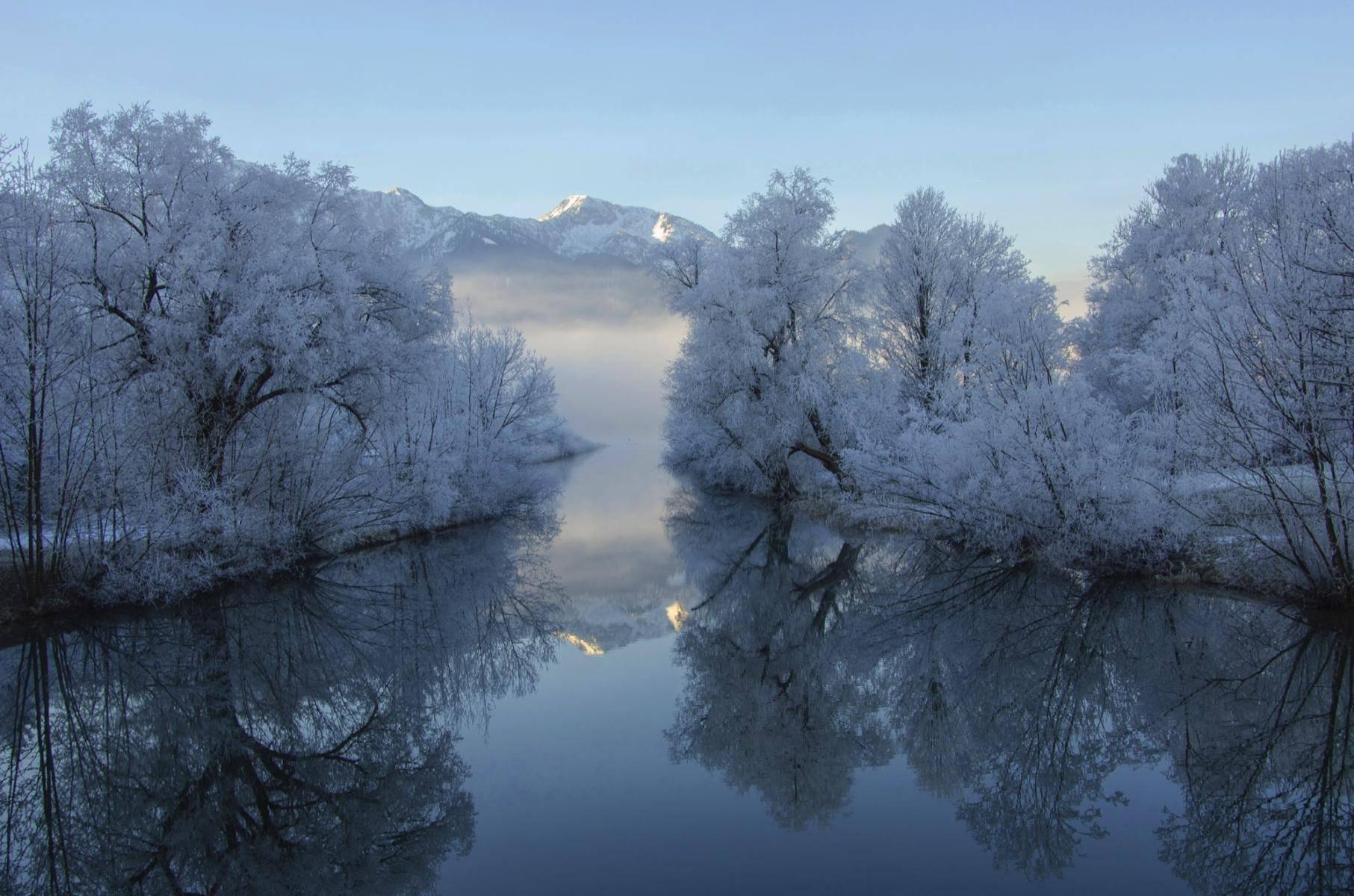 Verschneite Winterlandschaft an der Loisach