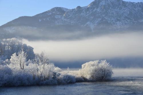 Raureif auf den Bäumen in einer winterlichen Voralpenflußlandschaft, Bayern
