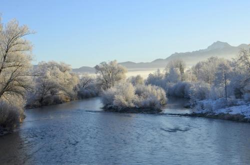 Die Loisach bei Großweil im Winter, Bayern