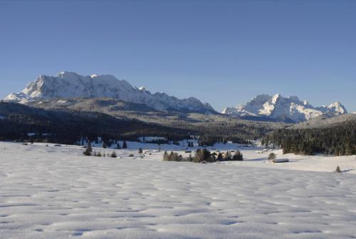 Winterlandschaft  bei Mittenwald, im Hintergrund das Wettersteingebirge mit Alpspitz und Zugspitz, Bayern