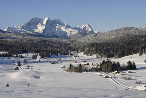 Winterlandschaft  bei Mittenwald, im Hintergrund das Wettersteingebirge mit Alpspitz und Zugspitz; Bayern
